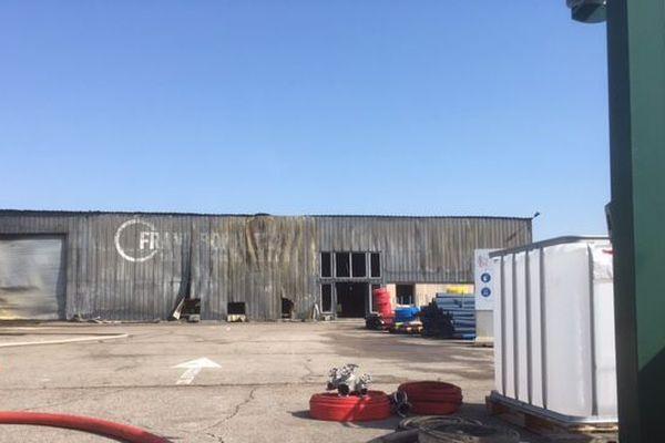 L'entreprise Frans Bonhomme de la Chapelle-saint-Luc a été détruite par un incendie, la nuit dernière.