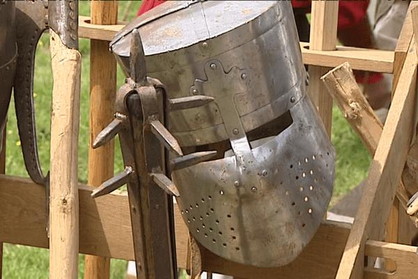 Tir à l'arc, combat à l'épée, chevaliers... à Murol au pied du château, vendredi 6 et samedi 7 mai, on replonge au Moyen Âge.
