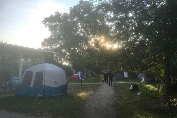 Le campement peu après 8 heures ce mardi matin.
