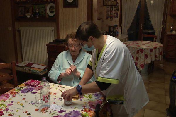Grâce à l'intervention quotidienne d'une auxiliaire de vie, Lucienne Walle, 95 ans peut vivre chez elle