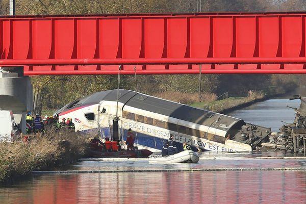Des techniciens et enquêteurs s'affairent à proximité de la carcasse de la rame d'essai TGV accidentée au nord de Strasbourg le 14 novembre.