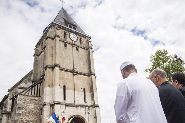 Hommage devant l'église de Saint-Etienne-du-Rouvray