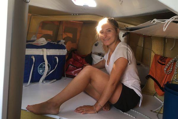 Violette prépare son bateau avant de traverser l'Atlantique