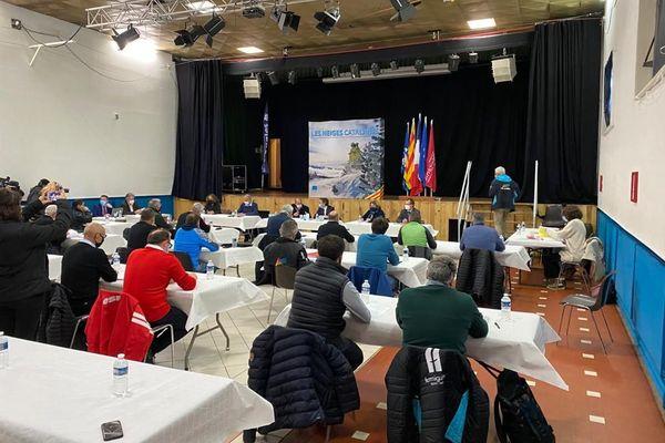 Le préfet des Pyrénées-Orientales aux côtés des maires et des présidents des deux intercommunalités, Pyrénées-Cerdagne et Pyrénées-Catalanes.