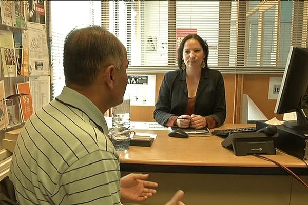 L'assistante sociale reçoit les parents dans son bureau et propose des dispositifs adaptés à chaque situation