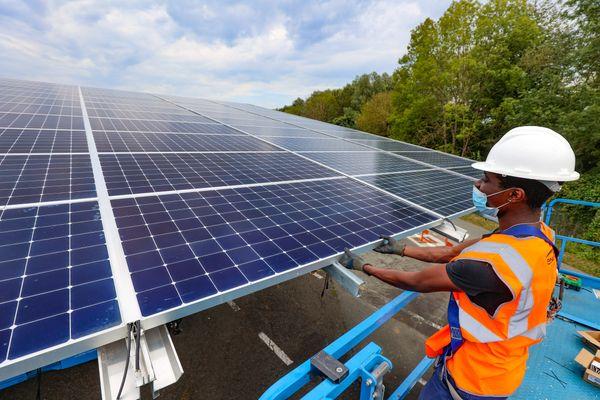 Sur le chantier Engie Green de la centrale solaire en ombrières photovoltaïques des parcs d'expédition de l'usine du constructeur automobile Stellantis de Sochaux.