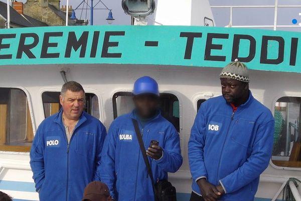 Boubacar et Bob, des marins sénégalais avec Polo Marie, à bord du Jérémie Teddie à Port-en-Bessin.