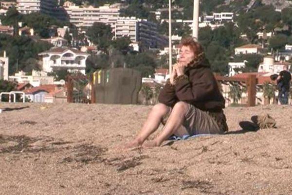 Bain de soleil sur la plage du Prado, ce vendredi par 21 degrés.