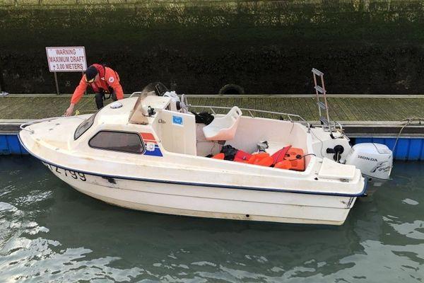 Le bateau à bord duquel se trouvaient les 13 migrants secourus ce 25 novembre au large de Calais.