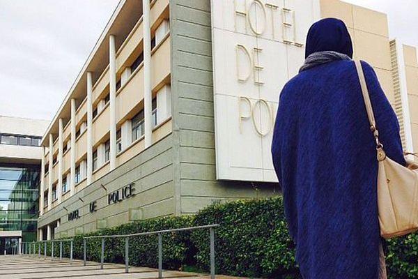 Montpellier - une jeune femme assignée à résidence proteste contre cette mesure - 25 novembre 2015.