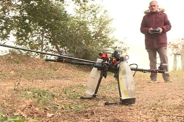 Le drone ressemble à un gros moustique mécanique.
