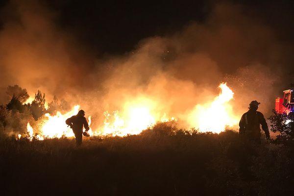 La nuit est tombée mais le travail des pompiers continue sans relâche pour tenter de maîtriser le feu qui a pris au niveau de Sigean le 6 septembre 2017.