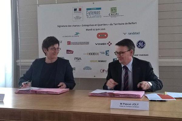 Marie-Thérèse Montalto, Directrice de France 3 Nord Est et Pascal Joly, Préfet du Territoire de Belfort, signent la convention qui les lient en faveur de la Charte Entreprises et Quartiers.