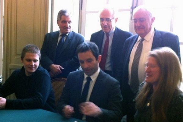 Benoît Hamon signe des conventions d'engagement en faveur de la création d'emplois d'avenir