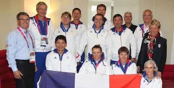 Fanny Delaval (2è au 1er rang à partir de la droite) et l'équipe de France de paradressage aux Jeux Olympiques de Londres en 2012.