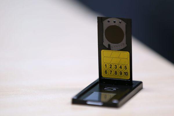 Un dosimètre ou kit de mesure du radon fourni dans le cadre d'une campagne de sensibilisation à Montbéliard et de dépistage du gaz radon, un gaz inodore et radioactif