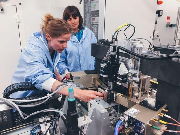 Ines Schrever et Julie Villanova au Synchrotron de Grenoble