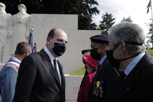 Jean Castexdevant le monument des enfants de Verdun morts pour la France.