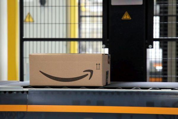 Un carton estampillé Amazon sur le site de Lauwin-Planque.