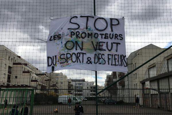 Les pancartes pour défendre le terrain omnisports de l'avenue du Rhin au Neudorf à Strasbourg ne cessent de fleurir depuis fin mars