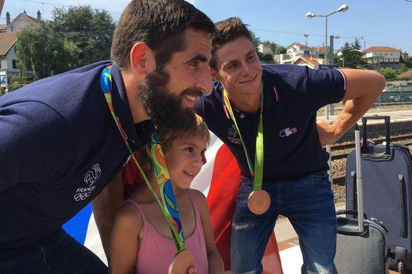 Matthieu Péché et Gauthier Klauss sur le quai de la gare d'Epinal, posent avec leurs supporters.