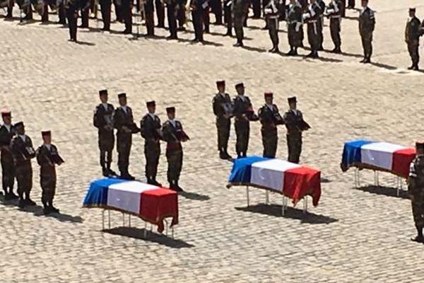 La cérémonie d'hommage aux soldats morts au Mali dans la cour des Invalides, à Paris, mercredi 20 avril 2016