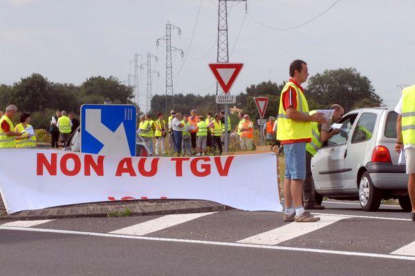 Distribution de tracts aux automobilistes pendant une manifestation d'opposants au projet le LGV Poitiers-Limoges.