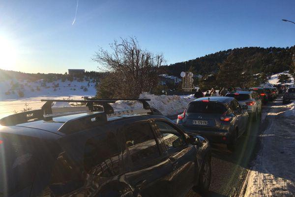 Les voitures étaient à l'arrêt ce dimanche après-midi sur les routes du retour des stations de ski des Alpes-Maritimes.