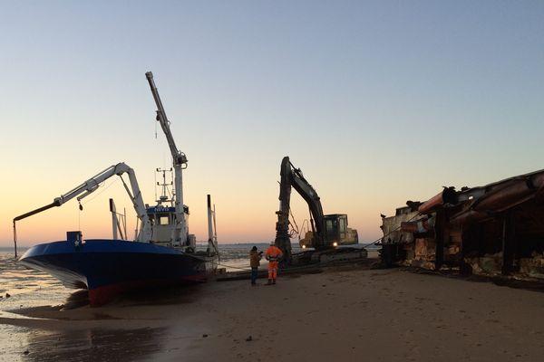 L'ancienne barge de chantier ostréicole échouée sur la plage de Bellevue est découpée sur place.