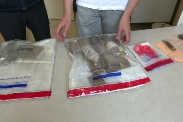 Au total, près de 2.5 kilogrammes de résine de cannabis, et 56 grammes de cocaïne ont été saisis.