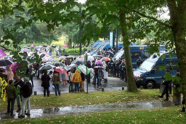 Environ 300 manifestants tenus à distance du passage de François Hollande par sept escadrons de police et gendarmes mobiles.