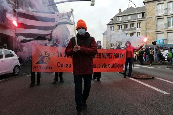 Les membres du collectif Ai'Ta! de défense de la langue bretonne en tête du cortège dans les rues du centre-ville de Quimper