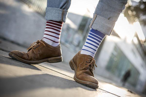 Les chaussettes dépareillées, fabriquées en France en coton bio sont vendus à l'unité par une entreprise niçoise.