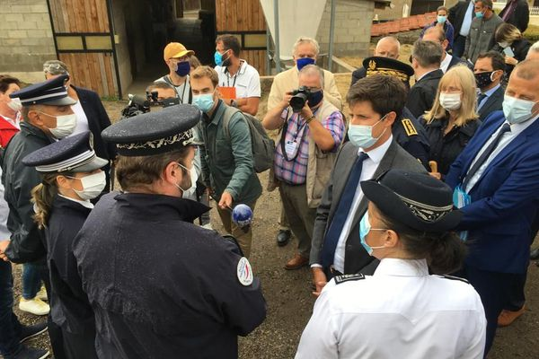 Le ministre de l'Agriculture, Julien Denormandie a rencontré les deux éleveurs victimes en Saône-et-Loire et les responsables de l'enquête
