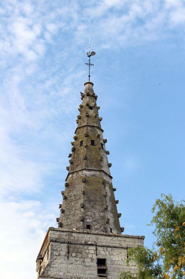 Le clocher à flèches à crochets sculptés de l'église Saint-Martin