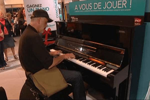 """On joue même du piano au """"Centre du Monde"""" en attendant le train, n'est ce pas surréaliste? . Perpignan le 29 septembre 2014."""