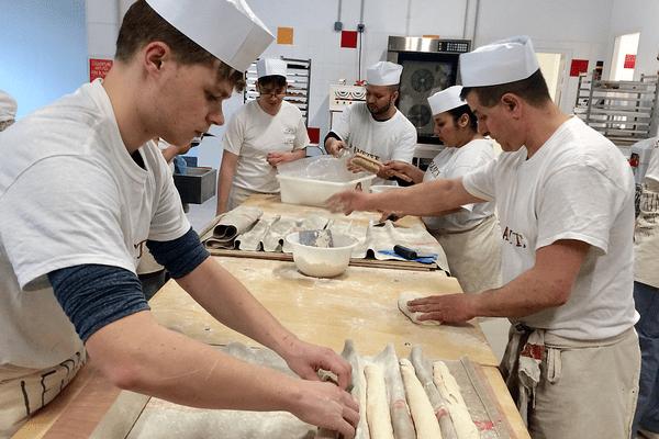 La  première promotion de l'école de boulangerie que Thierry Marx a ouverte à Dijon, mi-mars 2018. Ces stagiaires n'avaient alors que 5 jours de pratique dans les mains.