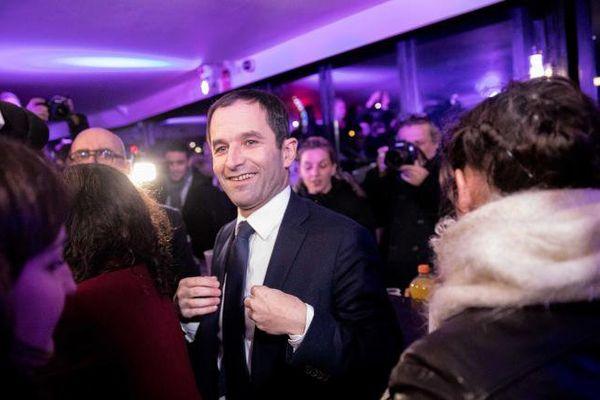 Benoît Hamon salue ses supporters, après être arrivé en tête du premier tour de la primaire de la gauche, dimanche 22 janvier 2017, à Paris.