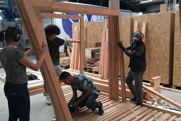 A Montpellier, des membres de l'association Microclima et des bénévoles sont en train de construire un abri d'urgence novateur : une installation à ossature bois modulable, facilement transportable et rapide à monter.