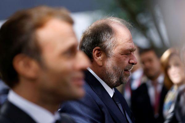"""Le président français Emmanuel Macron (à gauche) et le ministre français de la Justice Eric Dupond-Moretti à Poitiers pour le lancement des """"Etats généraux de la justice"""", le 8 octobre 2021."""