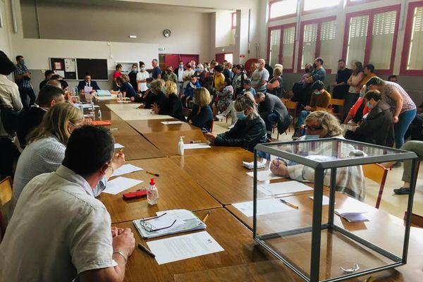 A Balagny-sur-Thérain dans l'Oise, de nombreux habitants ont tenu à assister à l'élection du nouveau maire après la publication sur les réseaux sociaux d'une photo montrant la nouvelle équipe municipale faisant des doigts d'honneur.