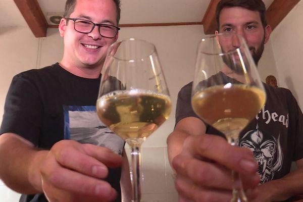 Maxime Bordelot et Romain Heraud, les créateurs du vin houblonné dans le vignoble nantais
