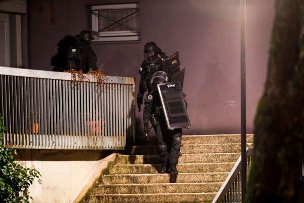 Quatre individus ont été interpellés dans le quartier de la Petite Hollande à Montbéliard par l'unité d'intervention du RAID.