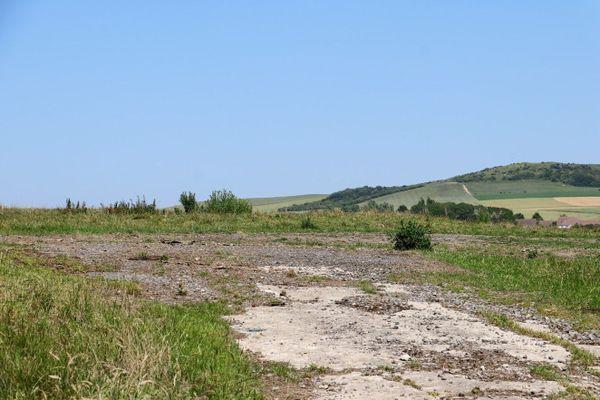 """Vestige d'un """"taxiway"""" bétonné de la Luftwaffe, dans le hameau de Warcove, à Audembert."""