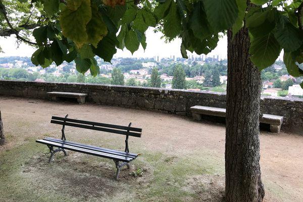 Un petit coin bucolique du parc de Blossac, propice à la taille de pierre ...