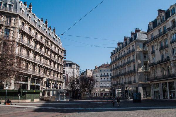 La rue Félix-Poulat, à deux pas de la place Grenette à Grenoble, déserte à l'heure du confinement.