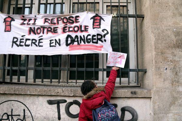 Mobilisation de parents d'élèves à l'école du Cours Julien et des Bergers à Marseille.