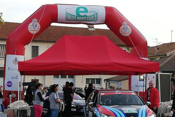 Les premiers véhicules de l'eRallye Monte-Carlo sont arrivés vers 17h30 à Laragne-Montéglin
