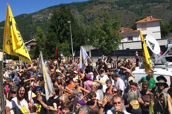 Une centaine de personnes était venue devant le tribunal de Foix en soutien au 21 faucheurs volontaires de l'Ariège.