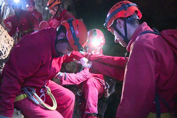 La découverte de la grotte des Canalettes, dans les Pyrénées-Orientales, s'est faite pendant 4 heures, en binôme : un lycéen accompagne un élève en situation de handicap.